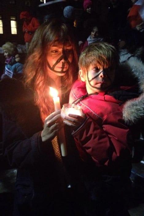Un enfant et sa mère participent au rassemblement contre l'attentat à Charlie Hebdo.