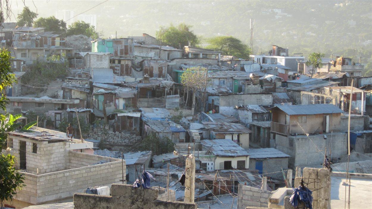 La ville de Port-au-Prince n'a pas été conçue pour les 3 millions d'habitants qui y vivent. Des quartiers entiers de la capitale sont construits à flanc de montagne, sur des terrains instables. Une situation qui date d'avant le séisme.