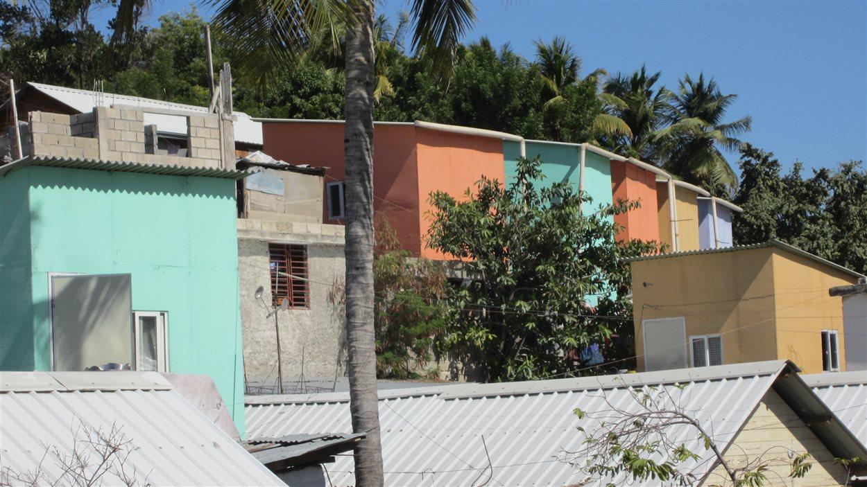 Ces maisonnettes ont été construites pour trouver rapidement un logement à des milliers de familles dans les camps. Elles étaient initialement revêtues de bâches, mais celles-ci n'ont pas résisté aux intempéries, forçant les autorités à refaire entièrement le revêtement.