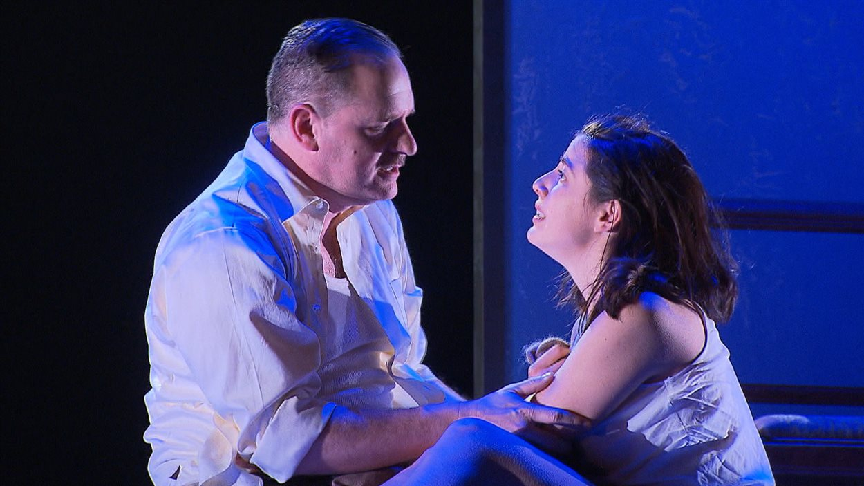 Les acteurs Paul Doucet et Mylène Saint-Sauveur dans une scène de la pièce Le Journal d'Anne Frank