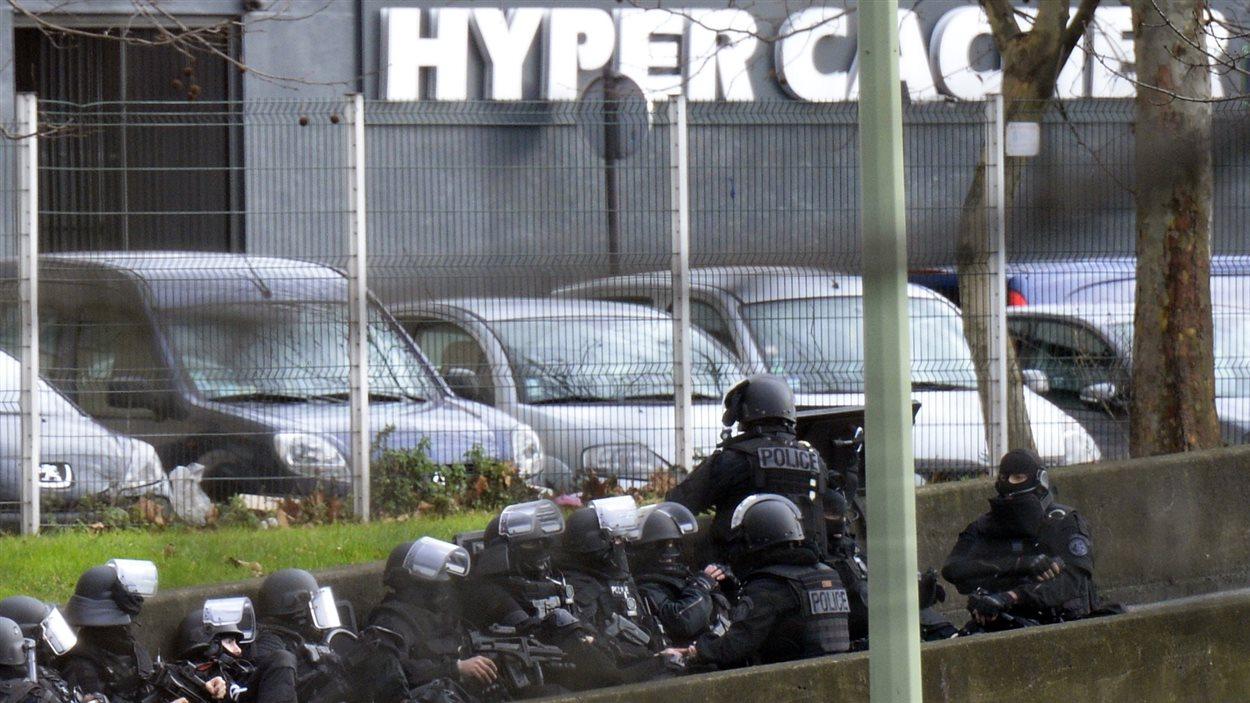 Des forces spéciales de la police sont déployées près de l'épicerie cacher, située près de la porte de Vincennes.