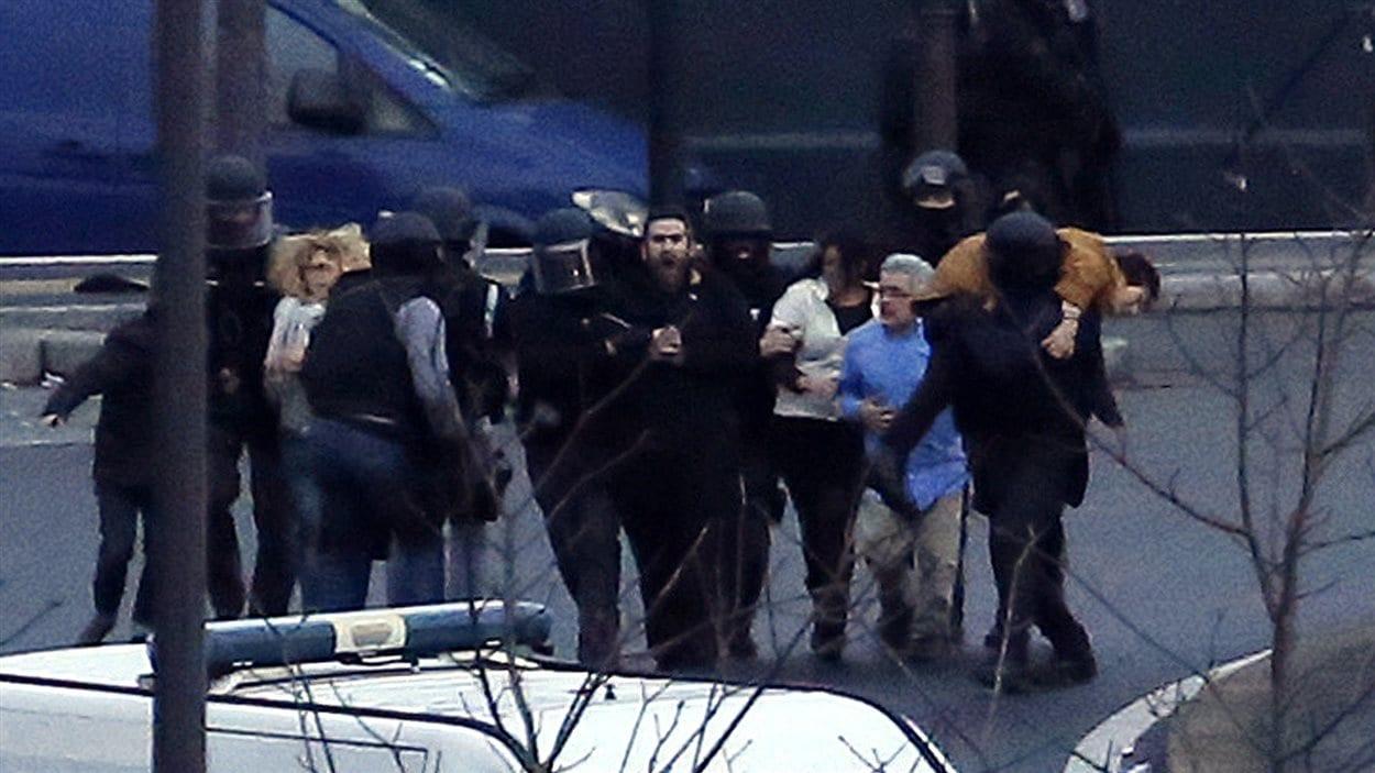Des otages sont évacués après que l'assaut eut été donné contre l'épicerie juive située dans le 12e arrondissement de Paris.