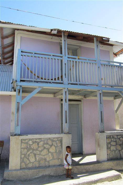 À la recherche de solutions durables, plusieurs modèles d'habitation ont été développés. Plusieurs maisons comme celle-ci n'ont pas résisté à l'usure du temps.