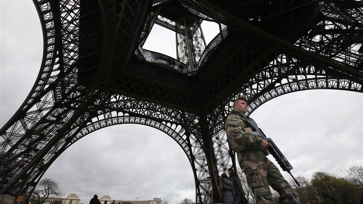 Un soldat au pied de la tour Eiffel, le 10 janvier 2015