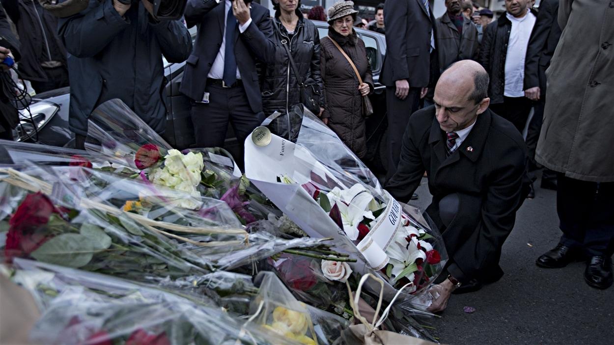 Steven Blaney dépose une couronne de fleurs devant le siège de Charlie Hebdo, à Paris