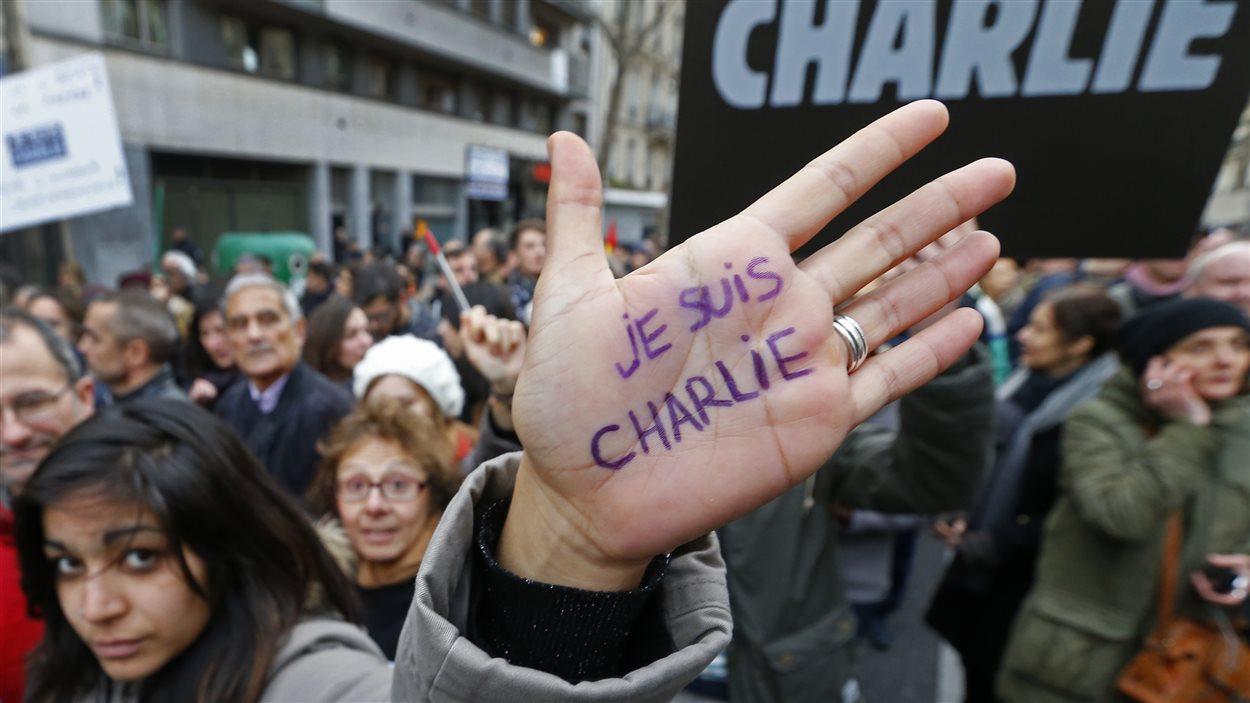 Une manifestante lors de la marche républicaine à Paris