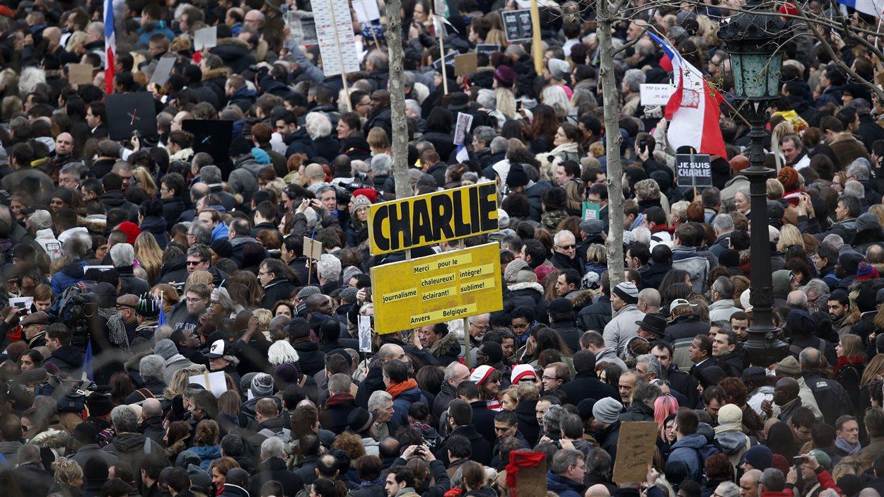 Des centaines de milliers de personnes marchent à Paris en hommage aux victimes des attentats de la semaine.