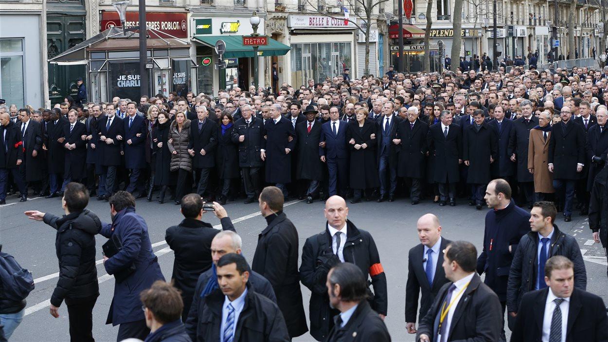 De nombreux chefs d'État ont marché bras à bras dans les rues de Paris.