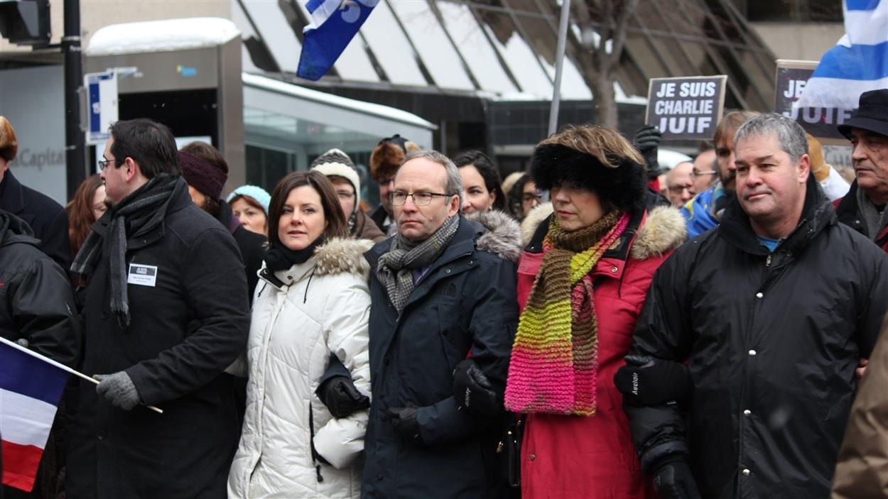 Plusieurs ministres du gouvernement québécois ont pris part à la marche de solidarité, dont la ministre de la Justice Stéphanie Vallée, le président du Conseil du Trésor Martin Coiteux, la ministre de la Culture Hélène David et le ministre de l'Éducation Yves Bolduc.