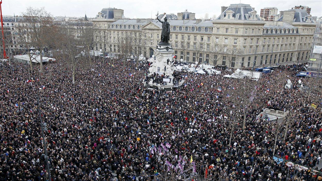 Des centaines de milliers de personnes manifestent dimanche à paris