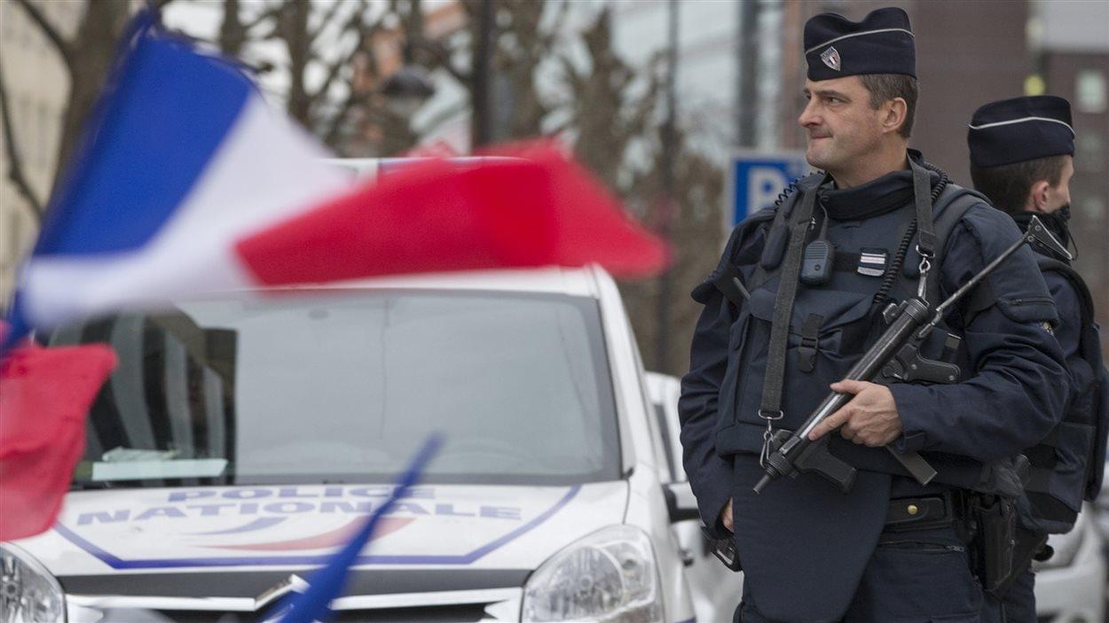 Des policiers français patrouillent les rues de Paris.