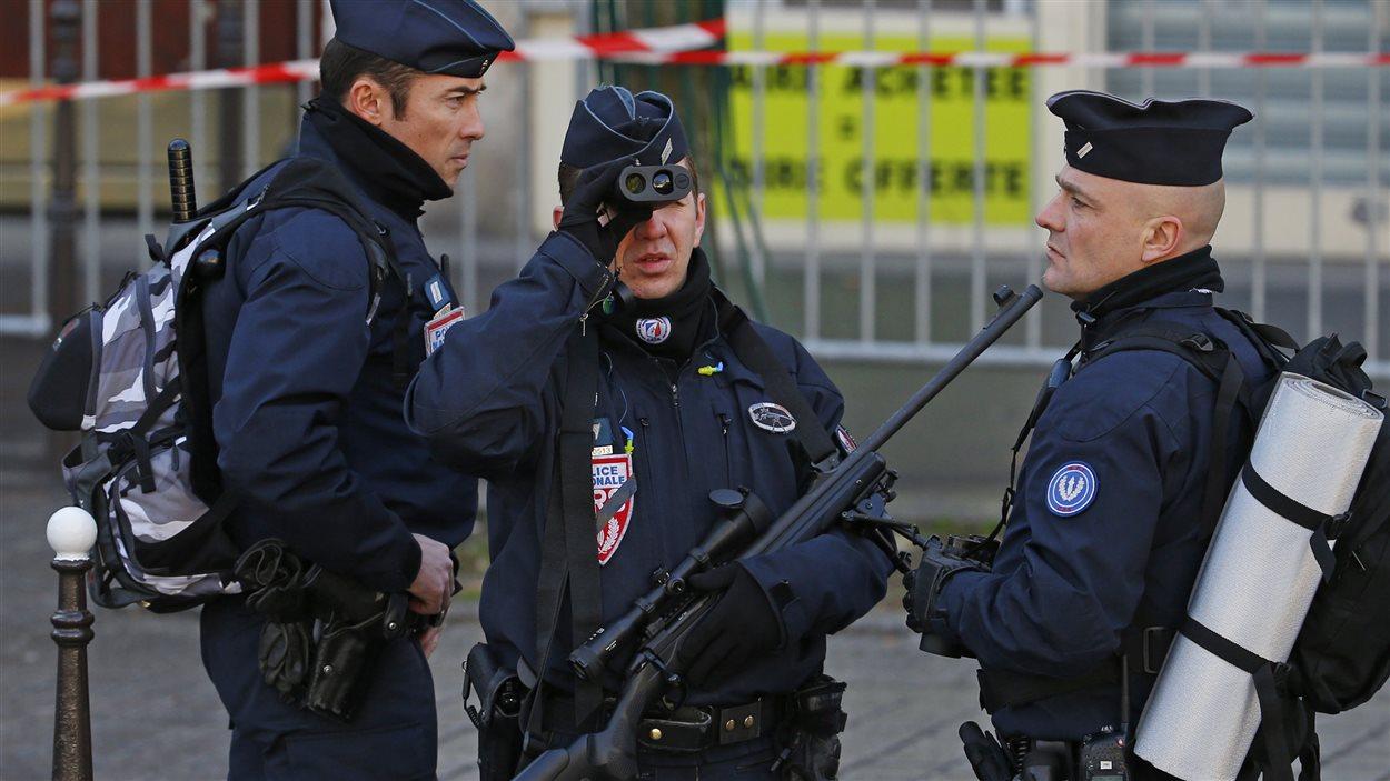 Des policiers qui ont assuré la sécurité des citoyens qui ont défilé à la marche républicaine de dimanche.