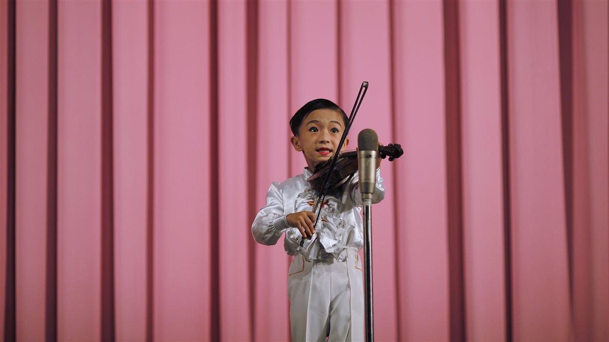 Un garçon sur scène à Rason le 29 août 2011