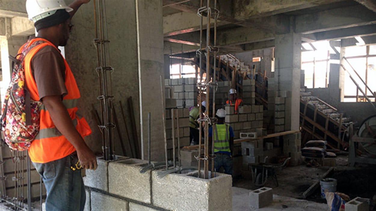 Travailleurs sur le chantier de l'hôpital de Jacmel, en Haïti