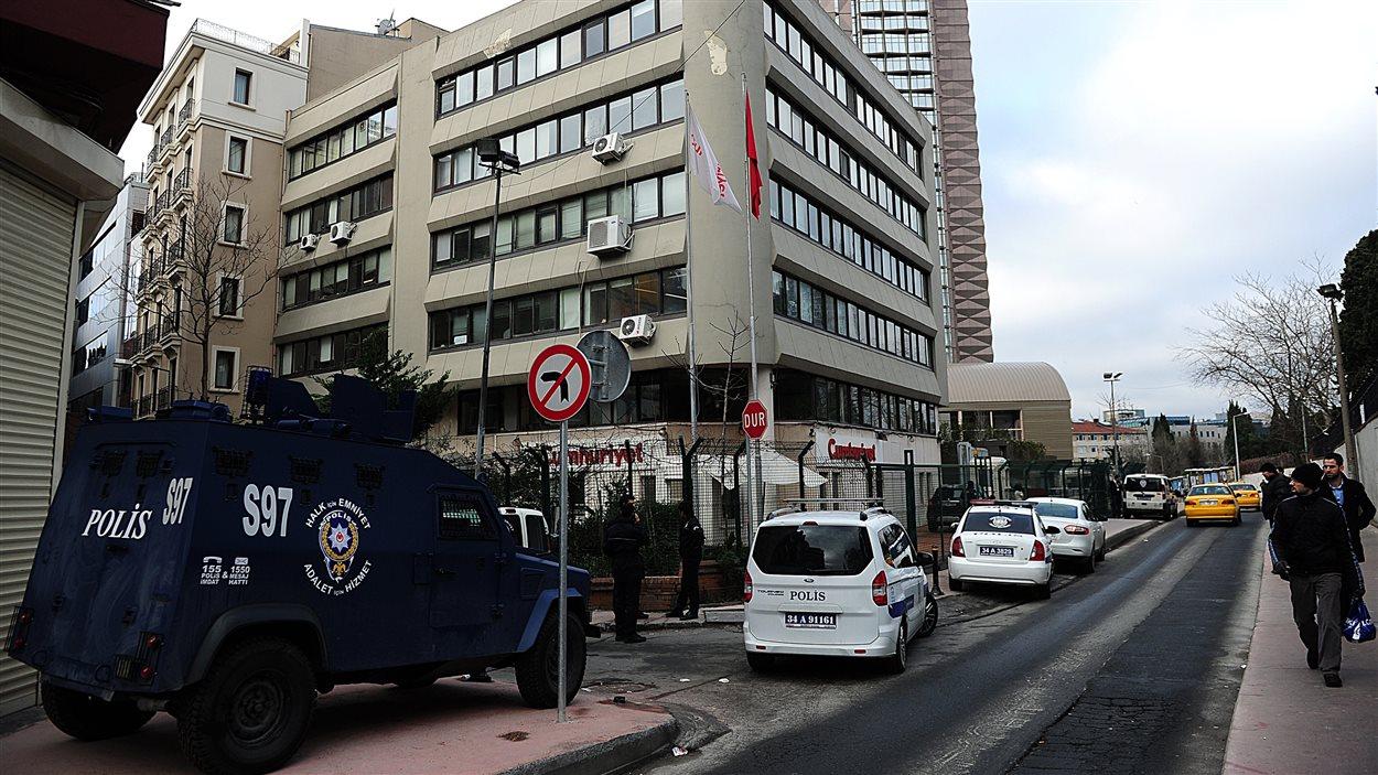 Des forces spéciales de la police turque protègent l'édifice abritant les locaux de Cumhuriyet à Istanbul.