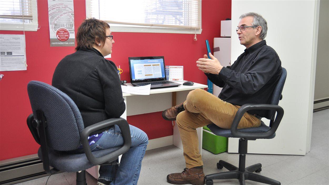 Le chercheur et professeur à l'Université Laval en sciences infirmières Bernard Roy discute avec la coordonnatrice de la clinique Sabsa, Emmanuelle Lapointe