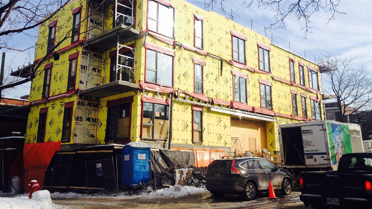 L'arrondissement d'Outremont a estimé que l'immeuble en construction du 801 de l'avenue Rockland était trop haut de quelques pieds. Des travaux correctifs sont en cours. (Crédit photo: Bahador Zabihiyan)