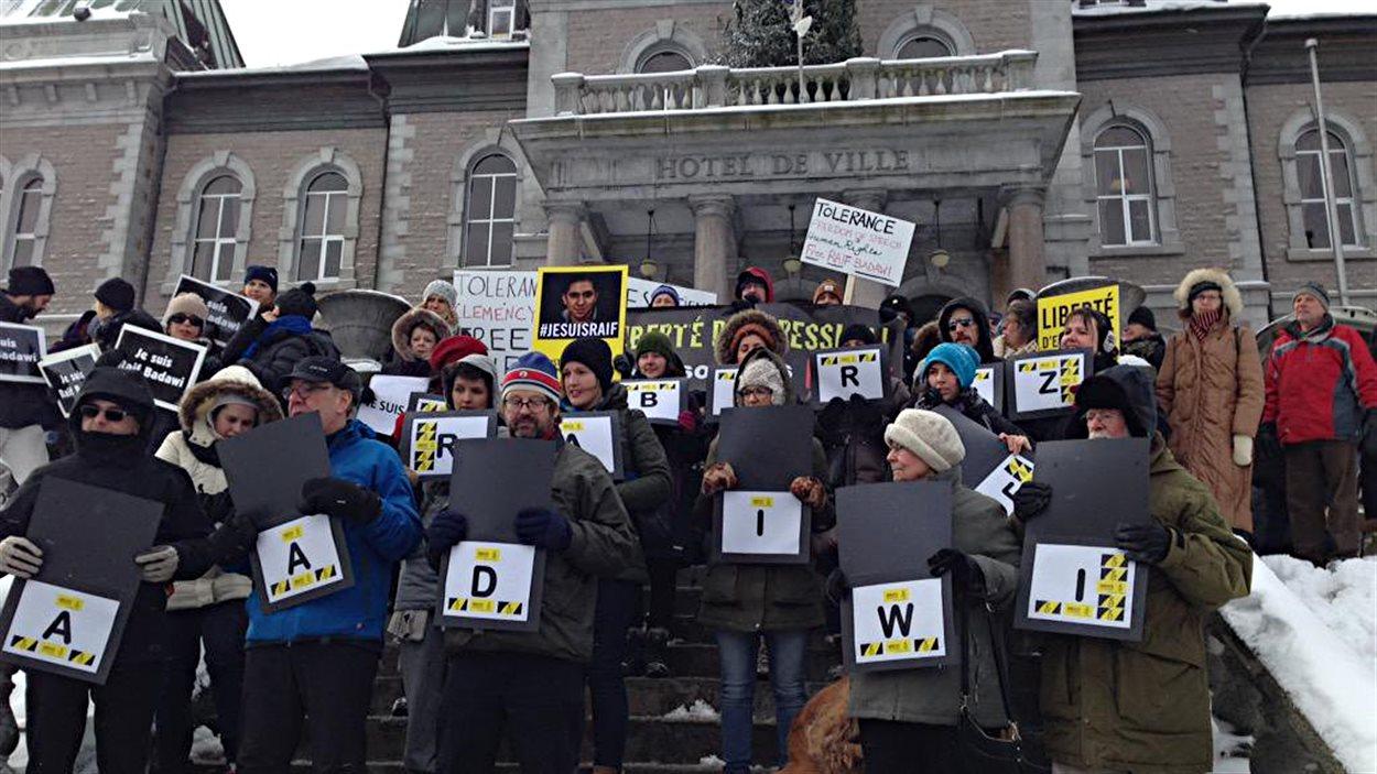 Une manifestation pour la libération de Raif Badawi à Sherbrooke, vendredi midi.