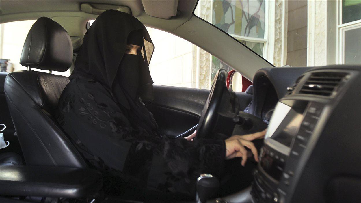Le 22 octobre 2013, une Saoudienne défie l'interdiction de conduire pour les femmes.