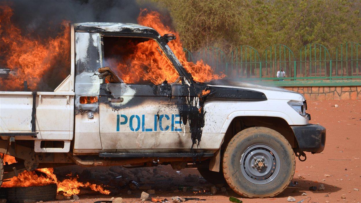 Une voiture de police incendiée à Niamey, au Niger, lors d'une manifestation anti-Charlie Hebdo samedi.