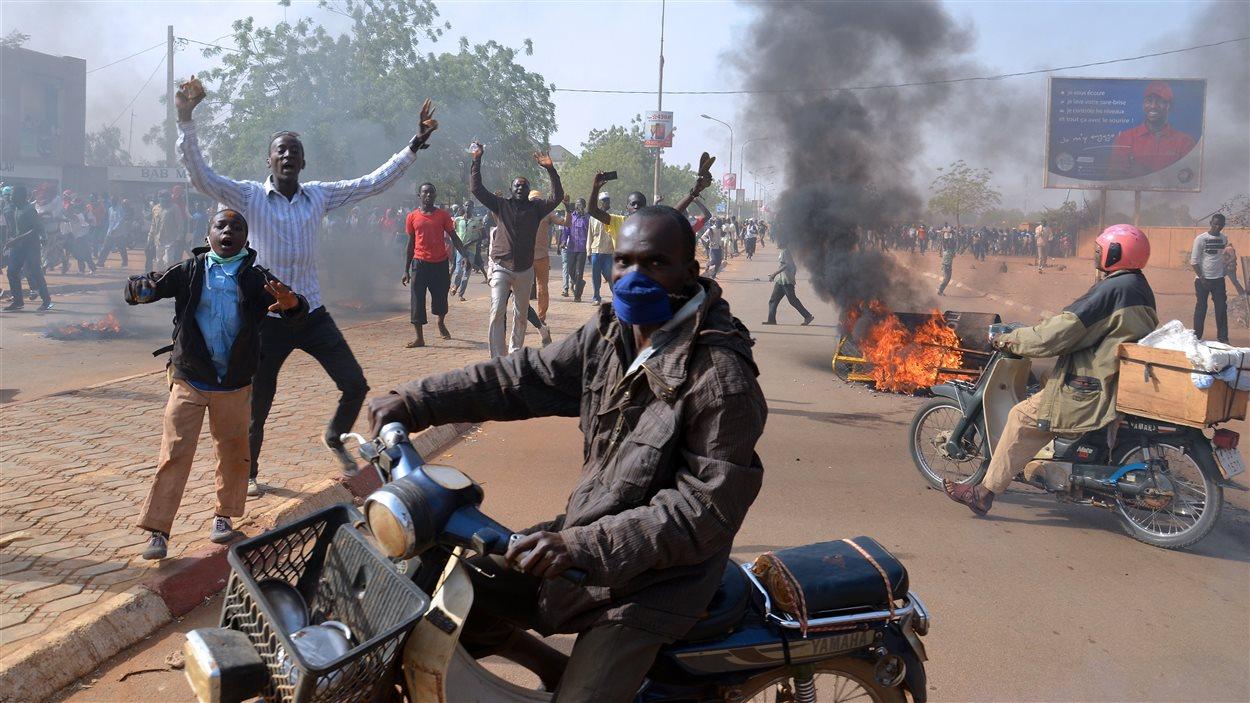 Violente manifestation anti-Charlie Hebdo près de la grande mosquée de Niamey, au Niger.