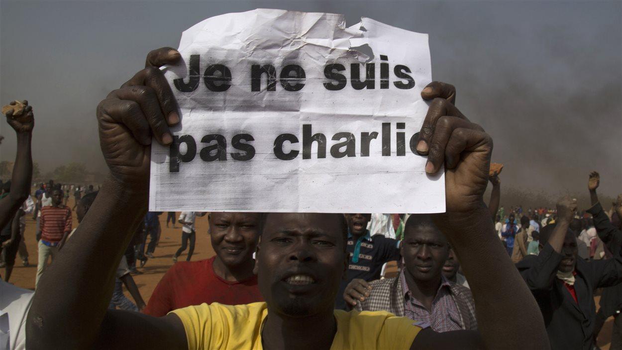 À Niamey, un homme s'insurge contre la présence du président Issoufou à la marche contre le terrorisme à Paris.