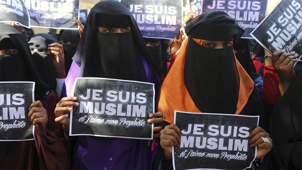 Des étudiantes dénoncent les caricatures de Mahomet à Mogadiscio, capitale de la Somalie.
