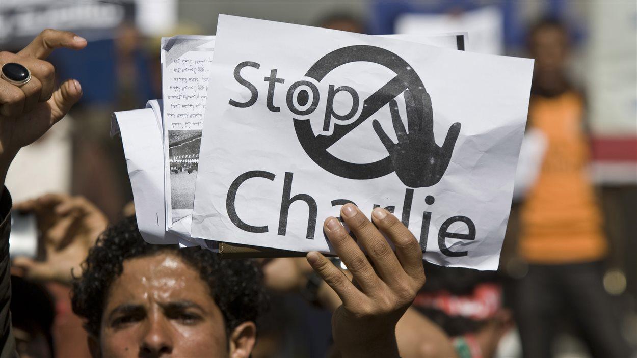 Des manifestations dénoncent samedi les caricatures de Mahomet devant l'ambassade française à Sanaa, au Yemen.