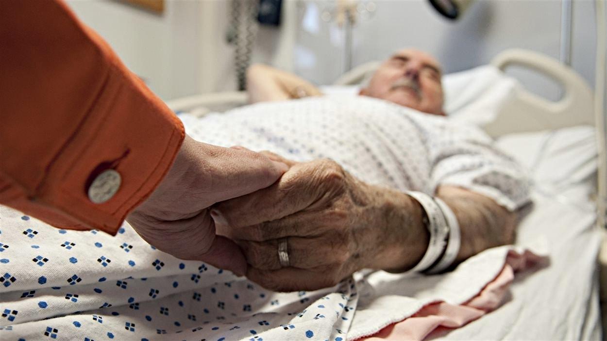 Un aîné reçoit des soins dans un centre hospitalier.