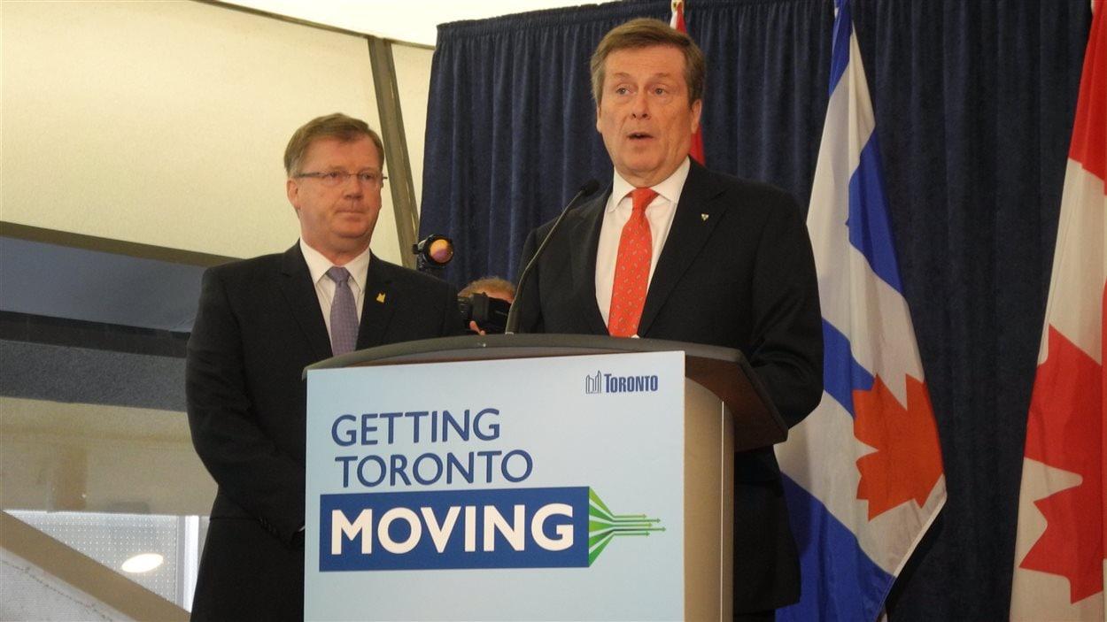 Le maire de Toronto, John Tory, en compagnie du chef du budget, Gary Crawford