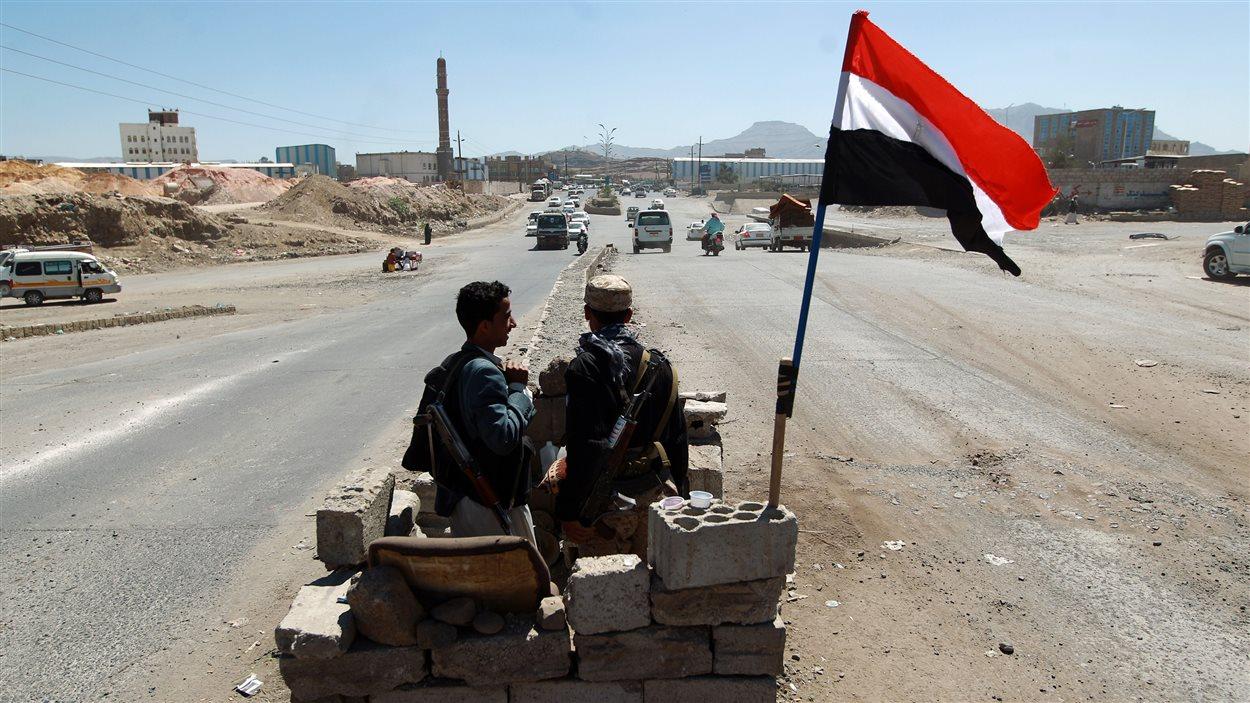 Des combattants houthis tiennent un point de contrôle au Yémen, en octobre 2014.