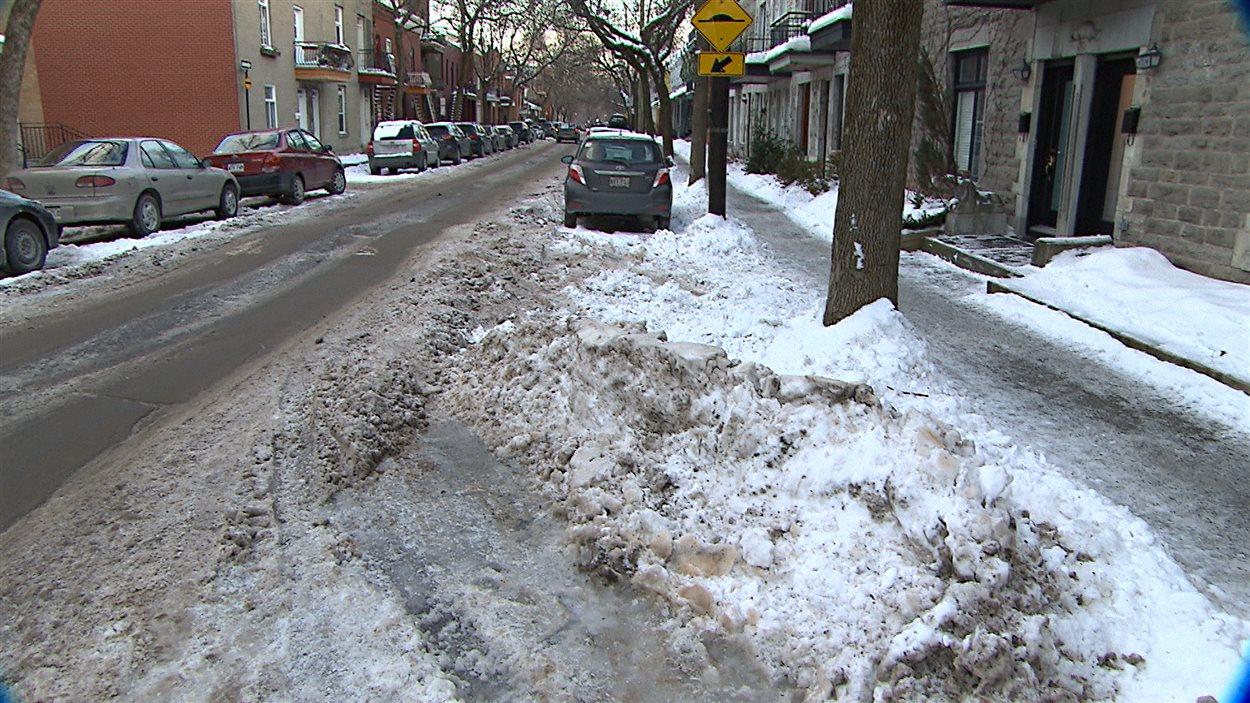 Scène de rue en hiver sur le Plateau-Mont-Royal, en proie à des contraintes de déneigement