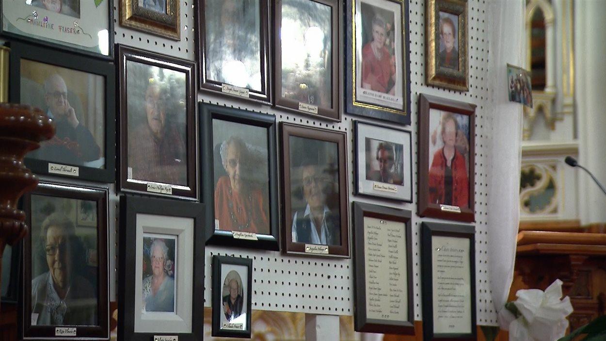 Les photos des victimes de l'incendie à la Résidence du Havre ont été affichées dans l'église de L'Isle-Verte, le 23 janvier 2015.