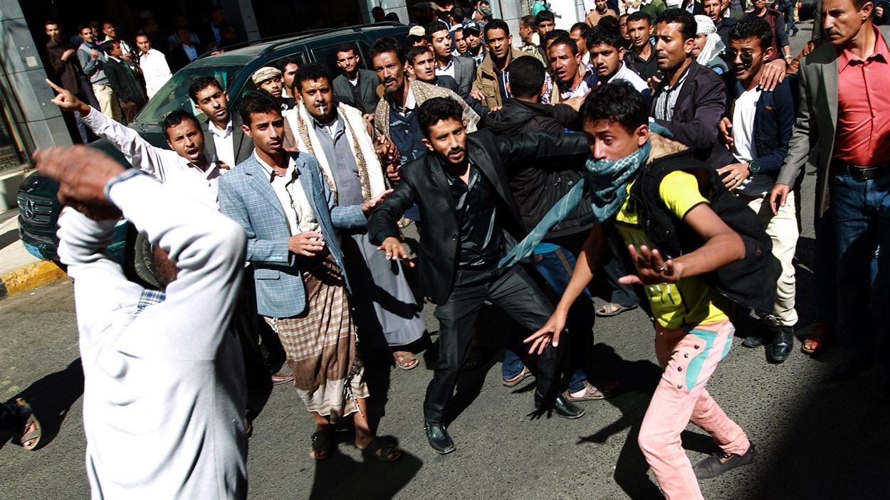 Des milliers de personnes ont participé samedi à Sanaa, la capitale du Yémen, à la plus grande manifestation anti-Houthis depuis l'entrée en septembre de ces miliciens chiites dans la capitale.
