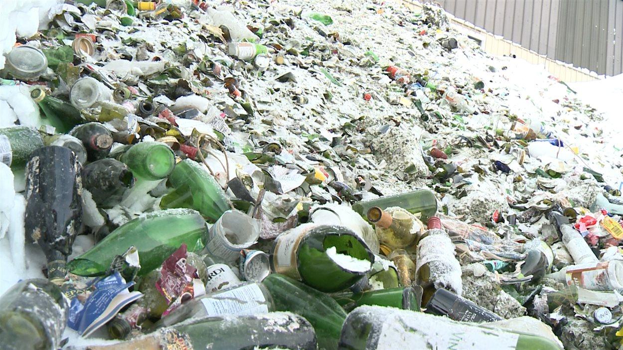 Une montagne de bouteilles de verre brisées