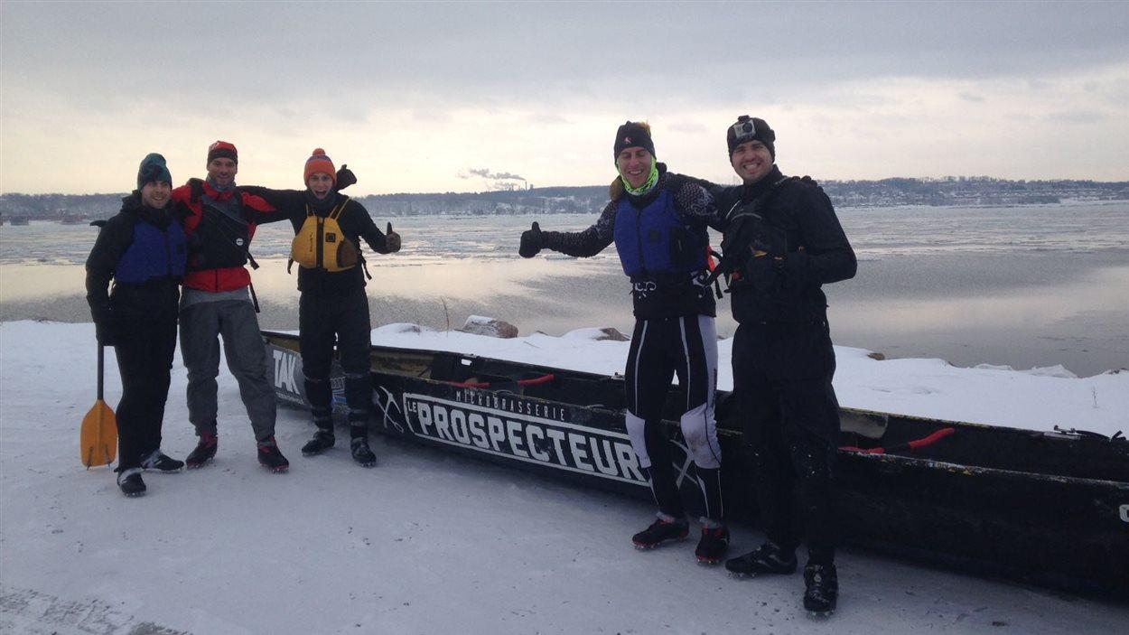 L'équipe de canot à glace du Prospecteur