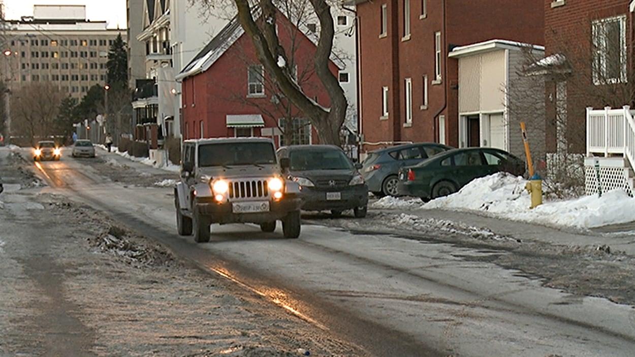 L'Ontario veut réduire la vitesse dans les quartiers résidentiels et les zones scolaires.