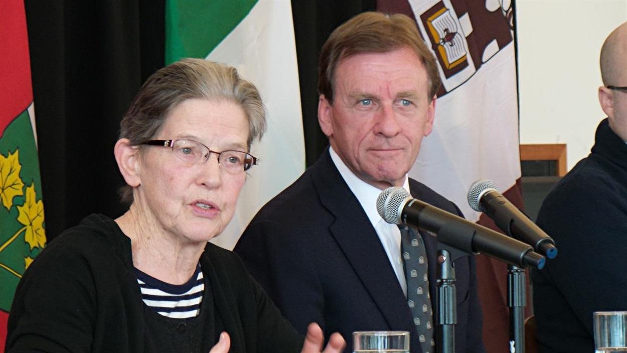 La présidente du Groupe de travail sur le respect et l'égalité, Caroline Andrew, et le recteur et vice-chancelier de l'Université d'Ottawa, Allan Rock, s'adressent aux médias lors d'un point de presse, le 29 janvier 2015.