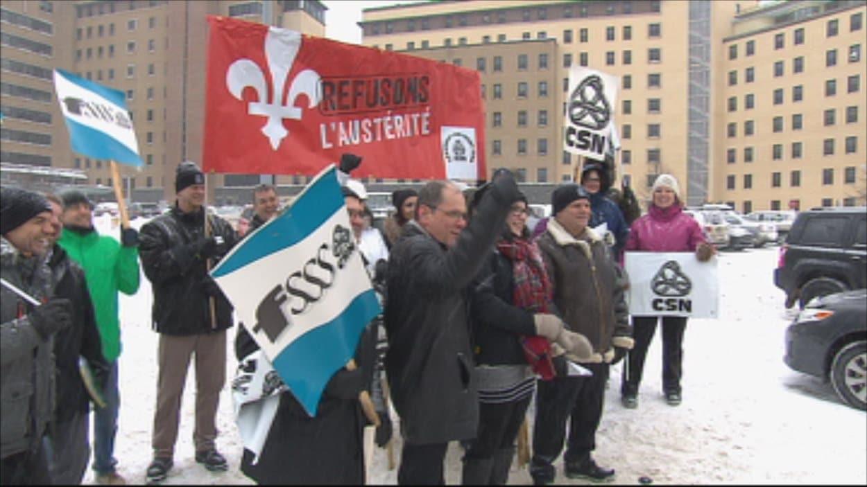 Manifestation contre l'austérité et la réforme de la santé devant l'hôpital de Chicoutimi