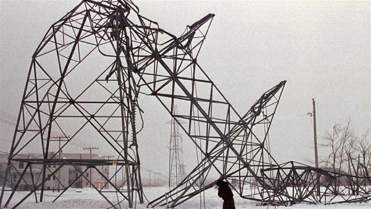Pylone électrique écrasé près de St-Constant, au Québec
