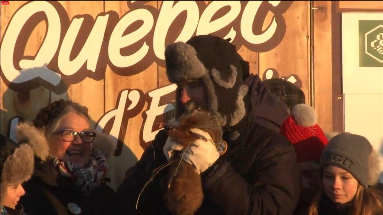 L'animateur présente Fred la marmotte au public.