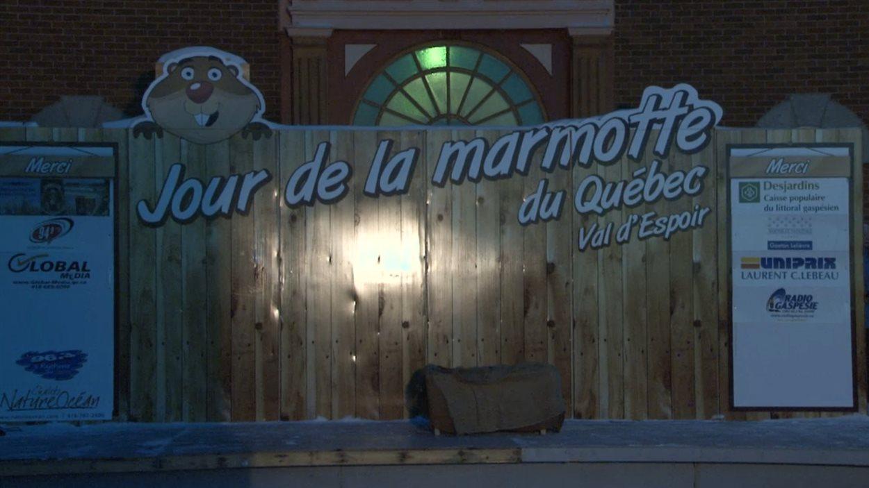 Installation pour souligner le Jour de la marmotte à Val-D'Espoir.