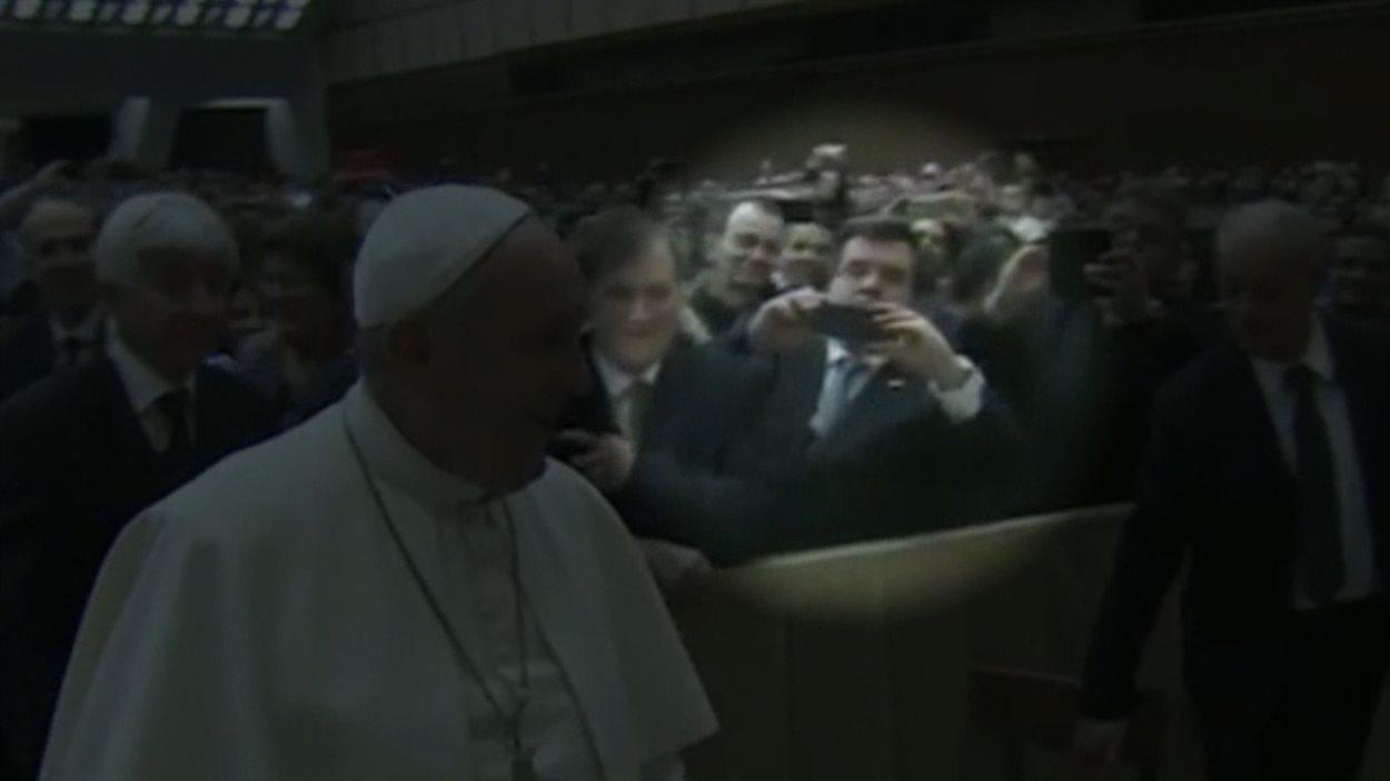 Le maire Denis Coderre prend le pape en photo au Vatican.