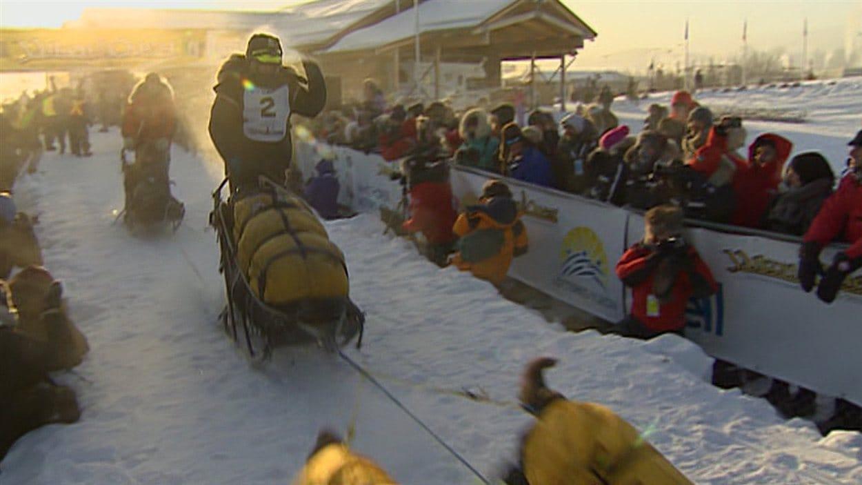 Brent Sass quitte la ligne de départ du Yukon Quest 2015 à Whitehorse