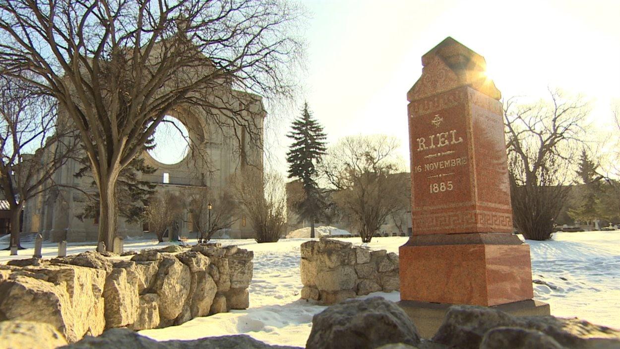 La tombe de Louis Riel dans le cimetière de Saint-Boniface est devenue un lieu de pèlerinage pour la communauté métisse.