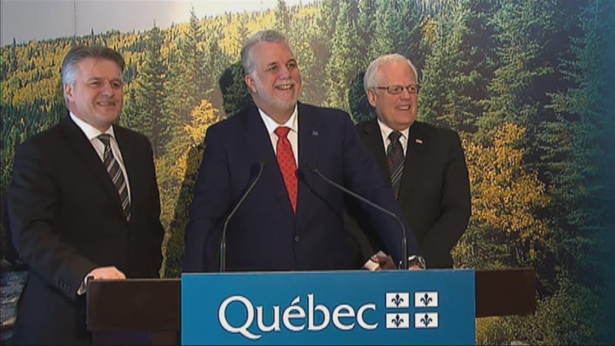 Le ministre de la Forêt, Laurent Lessard, le premier ministre Philippe Couillard et le député de Dubuc, Serge Simard