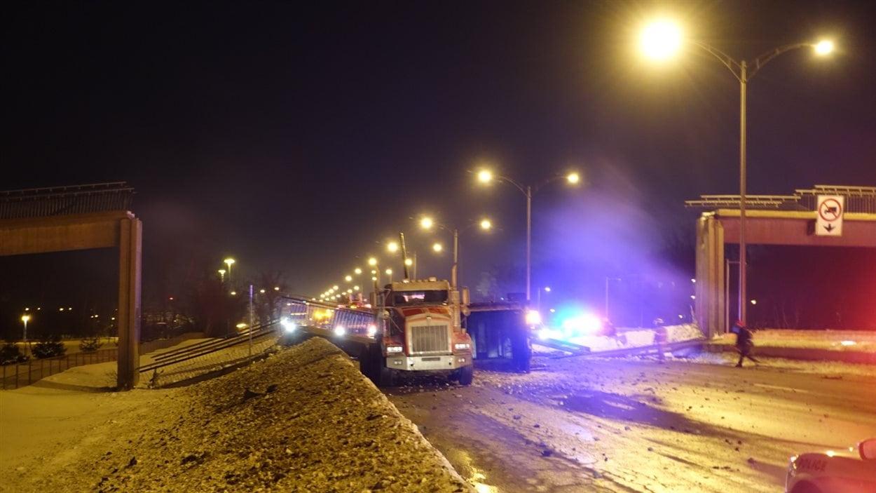 Le camion qui aurait causé l'effondrement de la passerelle