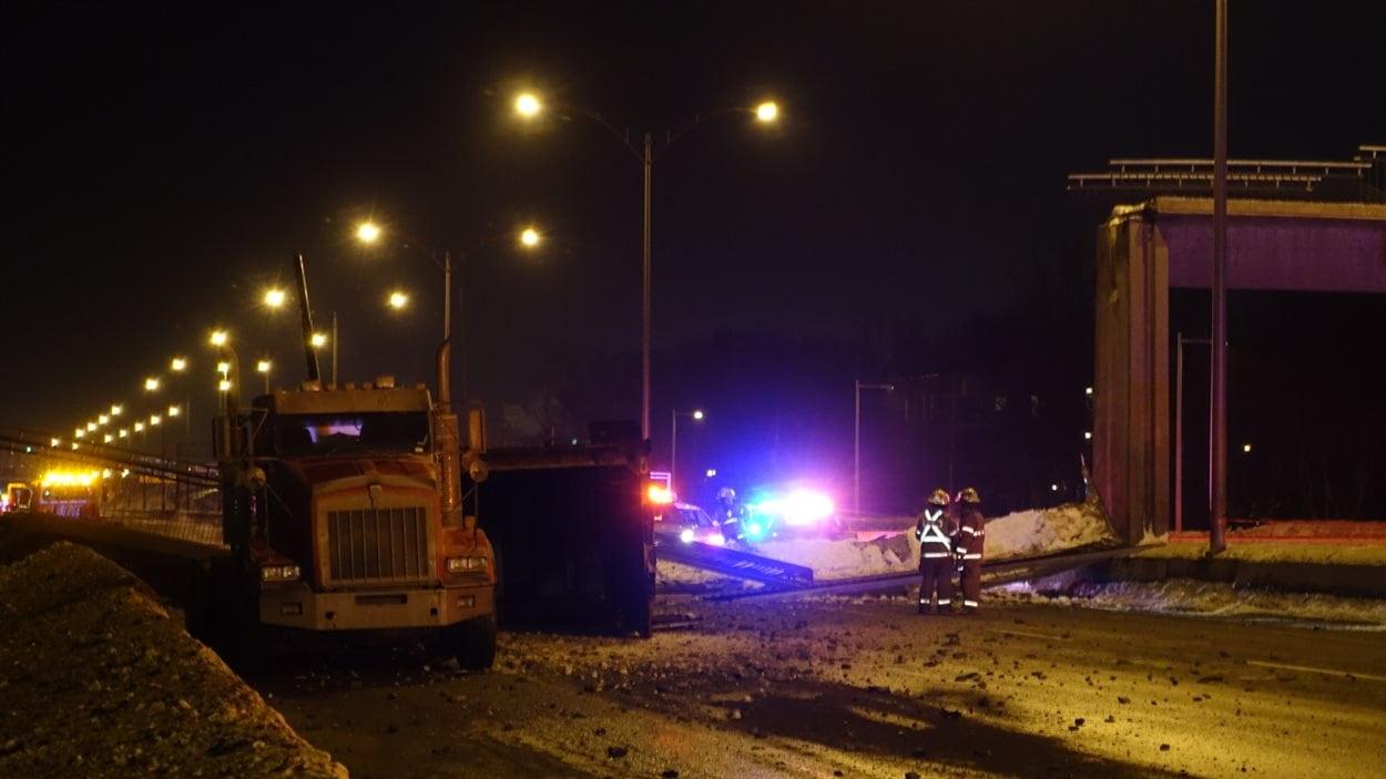 Le camion qui aurait causé l'effondrement de la passerelle.