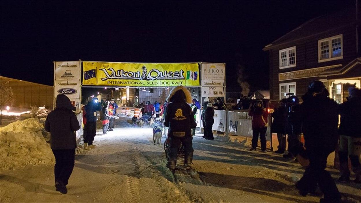 Les équipes sont acceuillies à Dawson City par les organisateurs, les médias et les spectateurs.