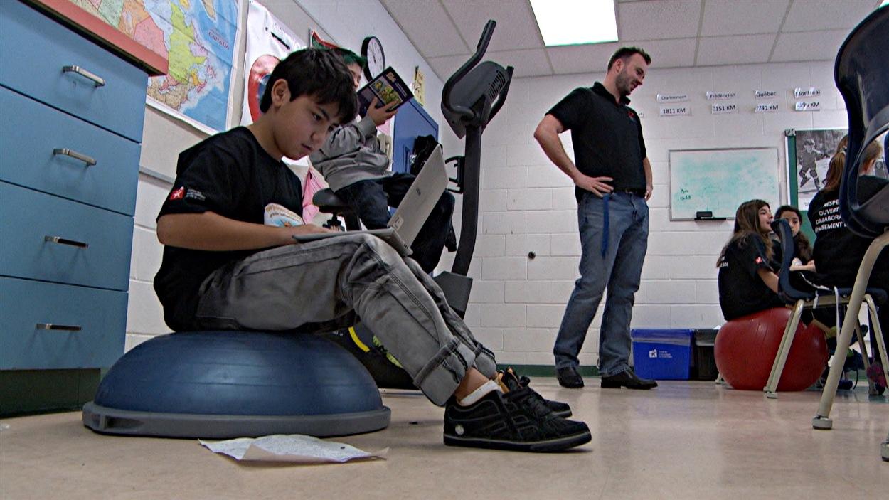 Les classes sont également équipées de ballons d'exercice, sur lesquels les enfants peuvent s'asseoir ou se tenir debout.